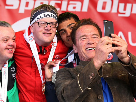 Arnold Schwarzenegger insieme ad atleti Special Olympics